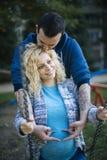 Pares embarazadas de los jóvenes el la primavera Fotos de archivo libres de regalías