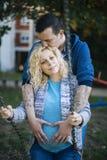 Pares embarazadas de los jóvenes el la primavera Imagenes de archivo