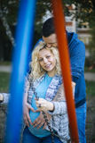 Pares embarazadas de los jóvenes en la primavera Fotos de archivo