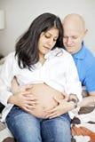 Pares embarazadas en casa Fotos de archivo libres de regalías