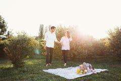 Pares embarazadas en comida campestre Imágenes de archivo libres de regalías