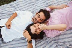 Pares embarazadas felices y de los jóvenes Imagen de archivo libre de regalías