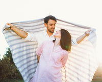 Pares embarazadas felices y de los jóvenes Foto de archivo libre de regalías