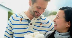 Pares embarazadas que sostienen el juguete suave en la terraza 4k almacen de metraje de vídeo