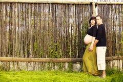 Pares embarazados al aire libre Fotos de archivo libres de regalías