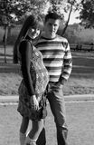 Pares embarazados de los jóvenes Fotografía de archivo libre de regalías