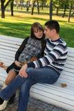 Pares embarazados de los jóvenes en parque Fotografía de archivo libre de regalías