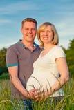 Pares embarazados en el parque Foto de archivo