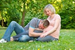 Pares embarazados en el parque Foto de archivo libre de regalías