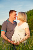 Pares embarazados en el parque Imagen de archivo libre de regalías