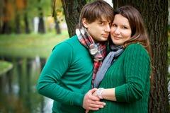 Pares embarazados en el parque Fotografía de archivo
