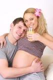 Pares embarazados jovenes felices Imágenes de archivo libres de regalías