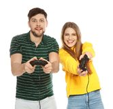 Pares emocionales que juegan a los videojuegos con los reguladores aislados fotos de archivo libres de regalías