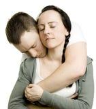 Pares en abrazo cariñoso Imagen de archivo libre de regalías