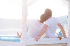 Pares en abrazo romántico en el mar Imágenes de archivo libres de regalías
