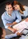 Pares en agencia inmobiliaria Fotografía de archivo