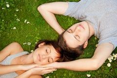Pares en amor al aire libre Foto de archivo