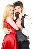 Pares en amor, bailarines apasionados en la ropa elegante, fondo blanco Mujer en vestido y hombre rojos en el baile del chaleco Fotografía de archivo libre de regalías