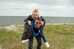 Pares en amor cerca del otoño del mar Imágenes de archivo libres de regalías