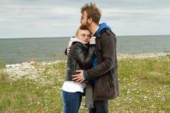 Pares en amor cerca del otoño del mar Fotos de archivo libres de regalías