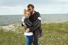Pares en amor cerca del otoño del mar Foto de archivo