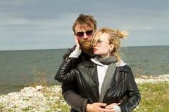 Pares en amor cerca del otoño del mar Fotos de archivo