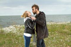 Pares en amor cerca del otoño del mar Foto de archivo libre de regalías