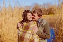 Pares en amor cerca del río en la primavera Fotos de archivo
