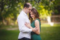 Pares en amor: chica joven y hombre semicalvo en el jardín Imagenes de archivo