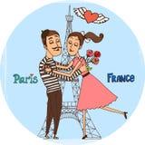 Pares en amor con la torre Eiffel de París Foto de archivo libre de regalías