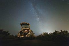 Pares en amor debajo de las estrellas de la galaxia de la vía láctea Foto de archivo