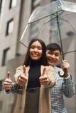 Pares en amor debajo del paraguas en el fondo de la alameda Fotografía de archivo libre de regalías