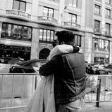 Pares en amor del abrazo español de las adolescencias Fotografía de archivo libre de regalías