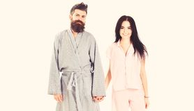 Pares en amor en el pijama, albornoz El par, familia en caras sonrientes en la ropa para el sueño parece soñoliento por mañana Es fotografía de archivo
