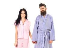 Pares en amor en el pijama, albornoz El par, familia en caras sonrientes en la ropa para el sueño parece soñoliento por mañana Pa fotografía de archivo