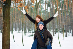 Pares en amor en bosque Foto de archivo libre de regalías