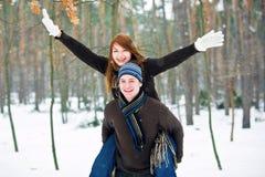 Pares en amor en bosque Imágenes de archivo libres de regalías