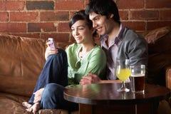 Pares en amor en café Imagen de archivo