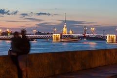 Pares en amor en el terraplén en St Petersburg foto de archivo libre de regalías