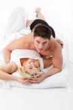 Pares en amor en la cama que mira la cámara Foto de archivo libre de regalías