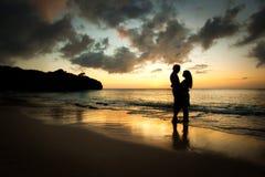Pares en amor en la playa Fotos de archivo libres de regalías