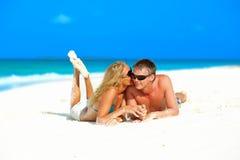 Pares en amor en la playa Imagen de archivo libre de regalías