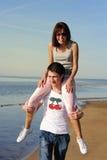 Pares en amor en la playa Fotos de archivo