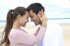 Pares en amor en la playa que liga Foto de archivo