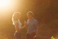 Pares en amor en la puesta del sol Fotografía de archivo libre de regalías