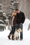 Pares en amor en nieve Foto de archivo libre de regalías