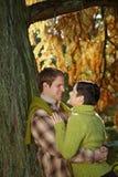 Pares en amor en parque imagen de archivo libre de regalías
