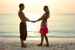 Pares en amor en salida del sol Foto de archivo libre de regalías