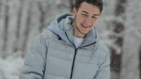 Pares en amor en un bosque nevoso almacen de metraje de vídeo