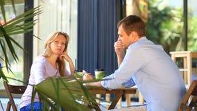 Pares en amor en un café al aire libre Hombre y mujer hermosa una fecha metrajes